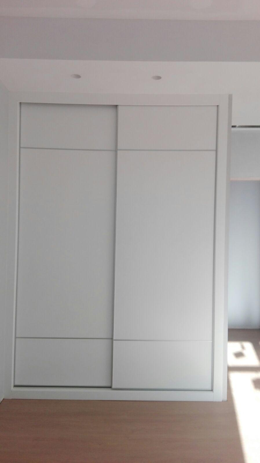 Armario puertas correderas acabado raya
