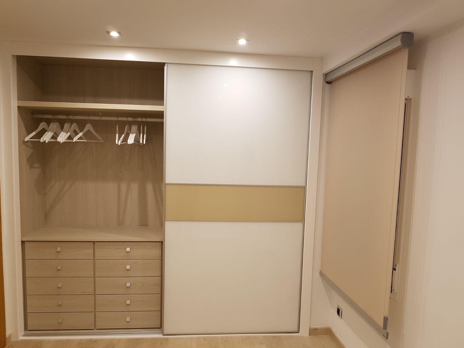 Armario puertas correderas blanco y franja abierto