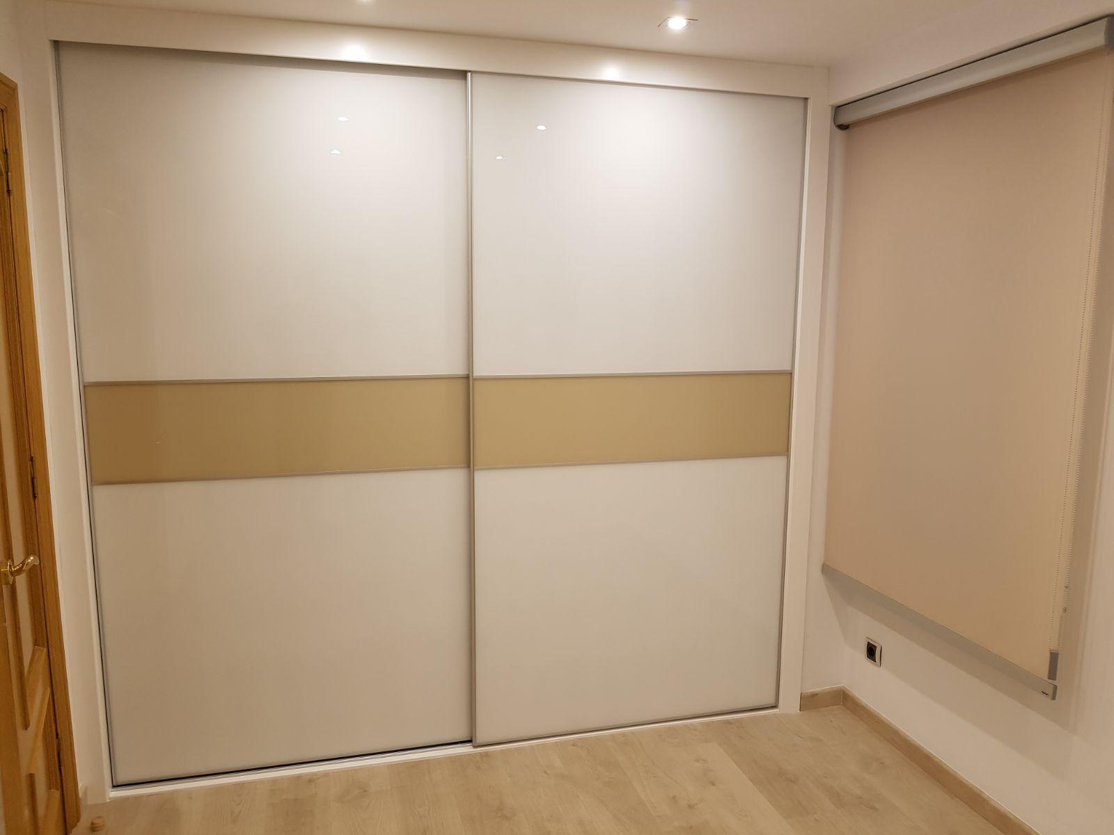 Armario puertas correderas blanco y franja