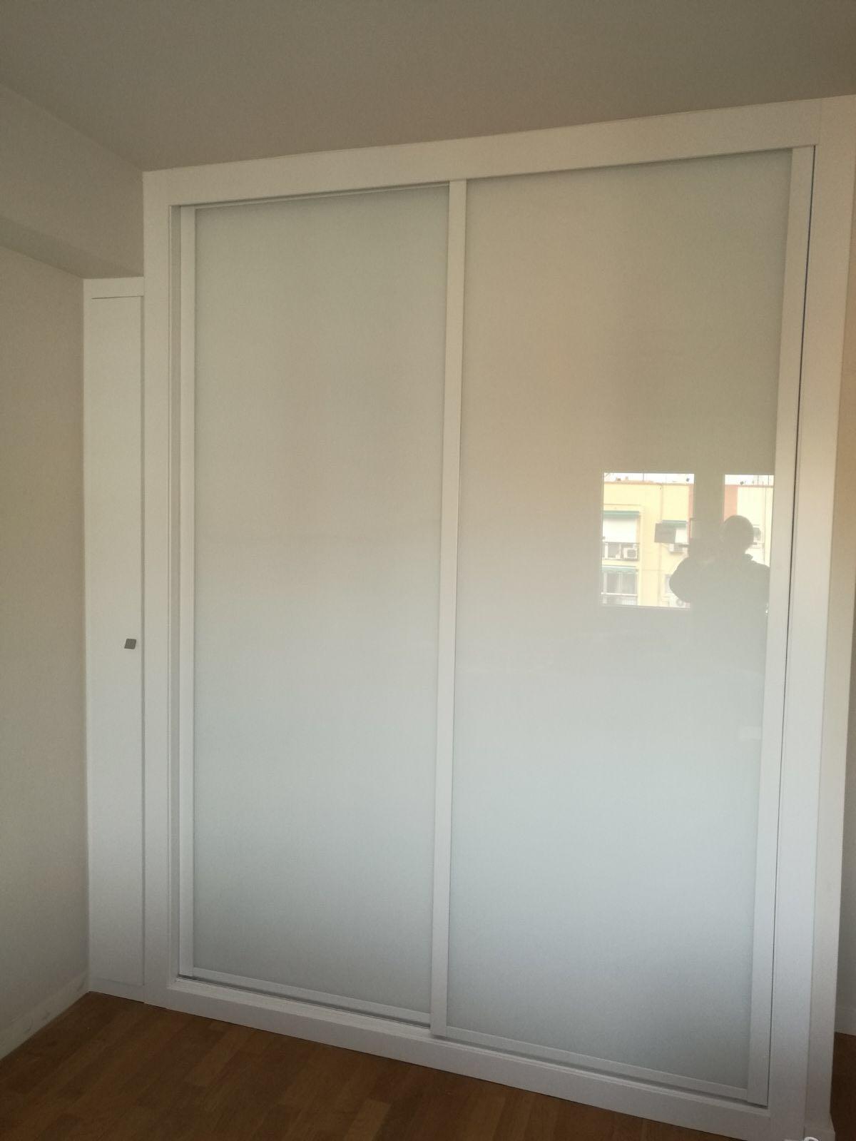Armario puertas correderas con mini armario abierto.