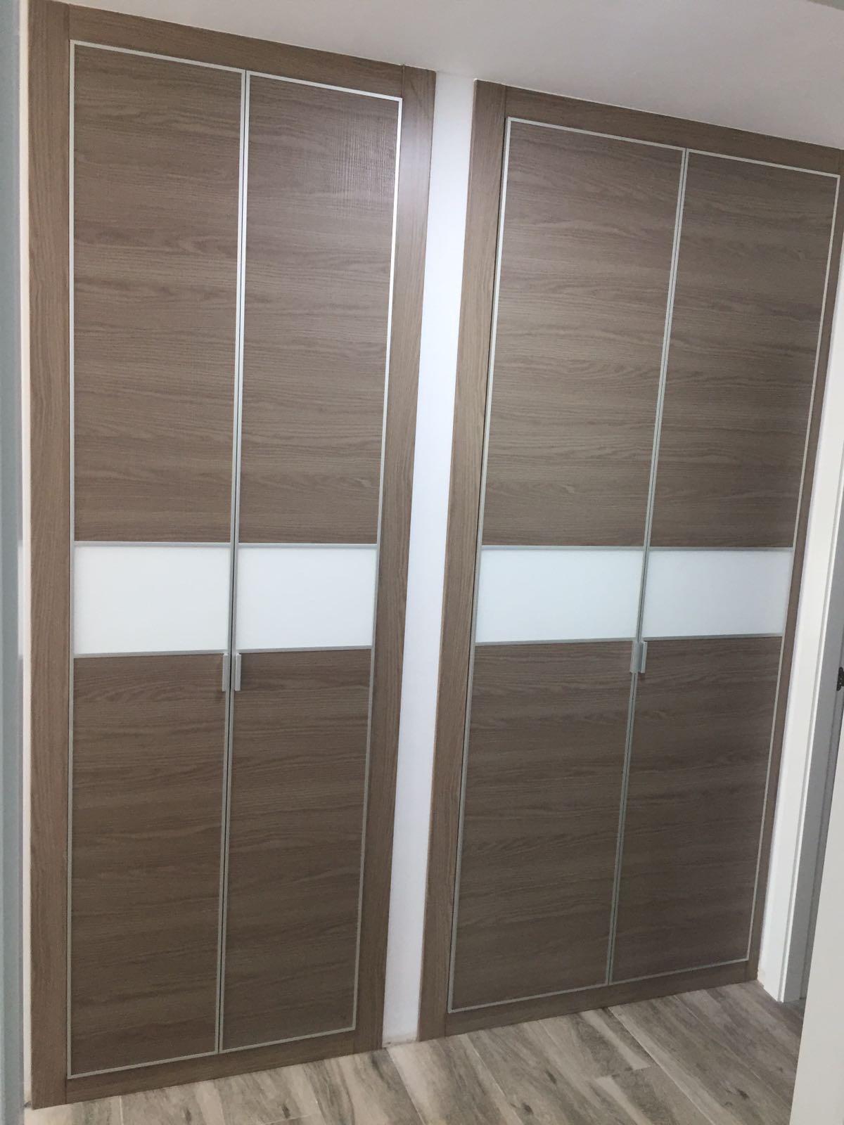 Armario Empotrado Doble en Valencia color Marron dos puertas Abatibles