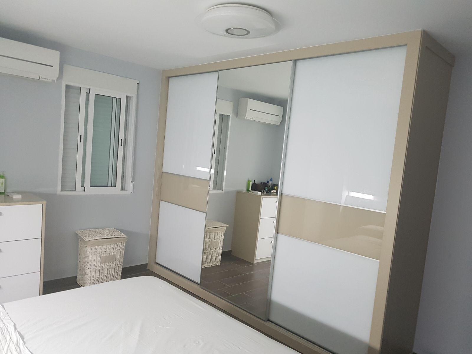 Armario Habitación Puertas Correderas Acabado Blanco y Crema