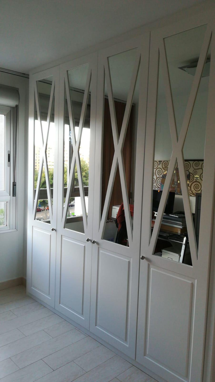 Armario Puertas Abatibles Puerta en cristal con Cruz blanca.