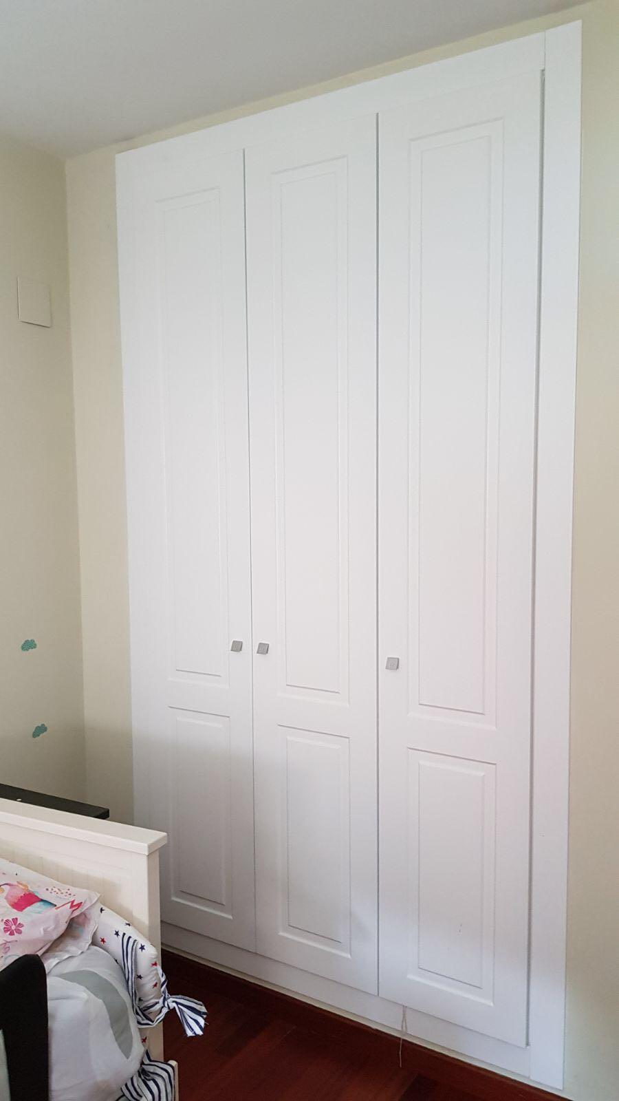 Armario Empotrado con 3 Puertas Abatibles Blanco en Habitación