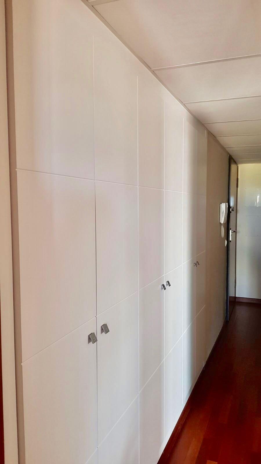 Armario Empotrado con puertas abatibles en todo el pasillo.