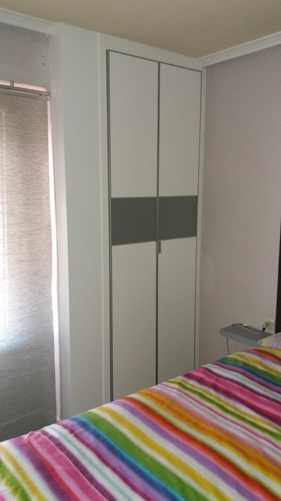 Armario Empotrado con puertas abatibles habitación pequeña.